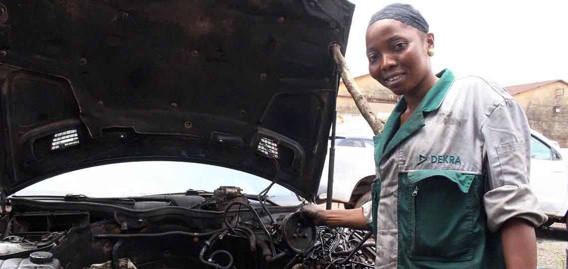 Teninké, female mechanic